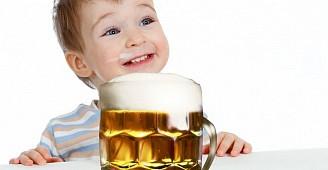 Jen ať si cucne. Škodí, nebo neškodí trochu piva dětem?